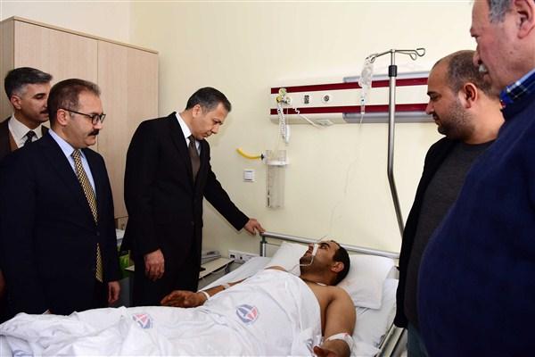 Vali Yerlikaya, Kilis'e atılan roket sonucu yaralanan Kara'yı ziyaret etti