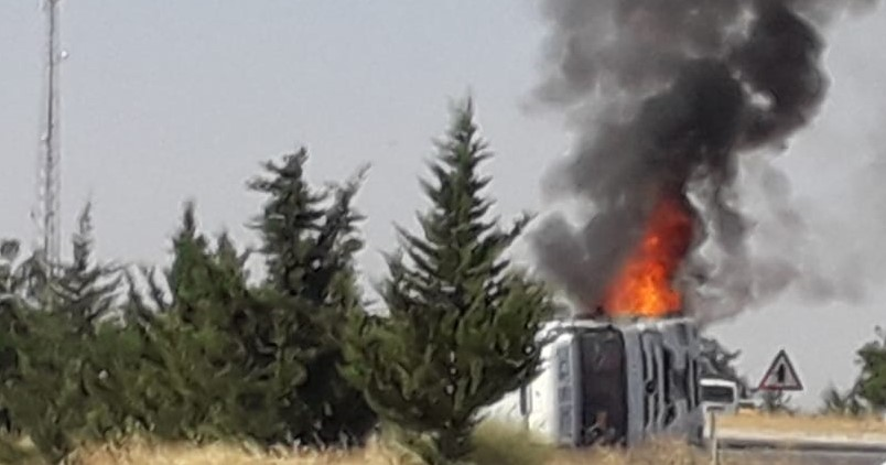 Devrilen kamyon alev alev yandı