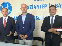 Gaziantep Ülkü Ocakları'nda değişim: Yozbatıran bayrağı Açıkbaş'a teslim etti