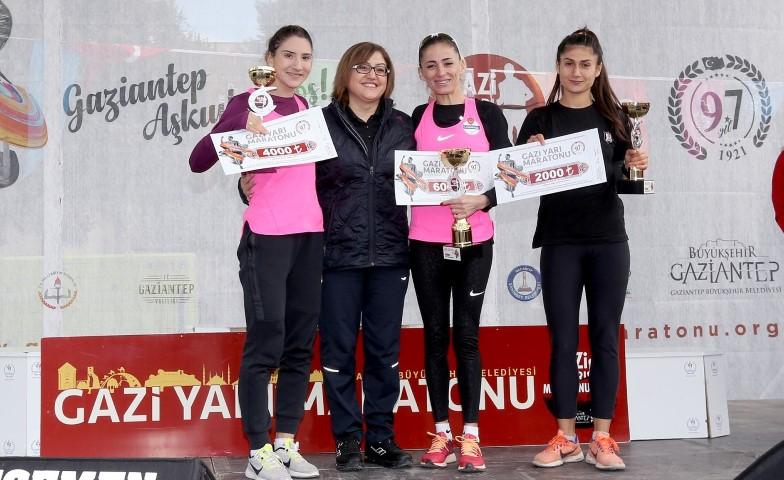 GAZİ Maratonu'nda dereceye girenlere ödülleri verildi