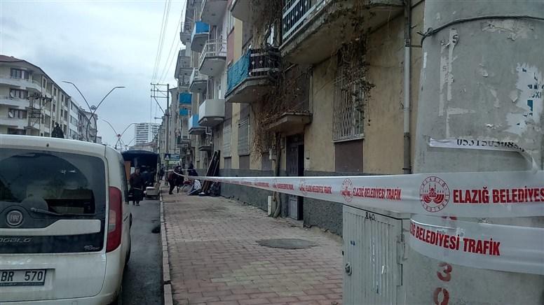 Elazığ Belediyesi hasarlı binaları mühürlüyor