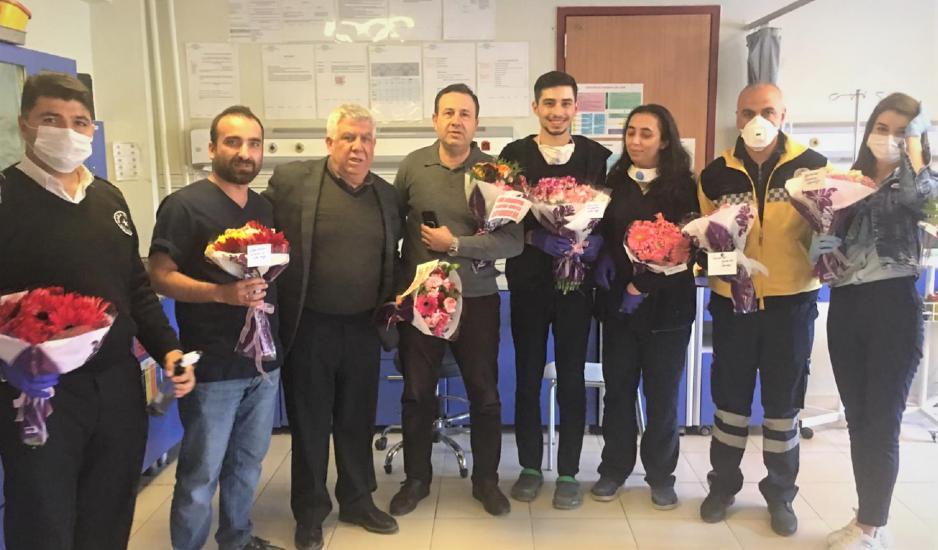 Gaziantepli çiçekçiler sağlık çalışanlarına çiçek dağıttı