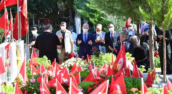 15 Temmuz Demokrasi ve Milli Birlik Günü şehitlik ziyareti ile başladı