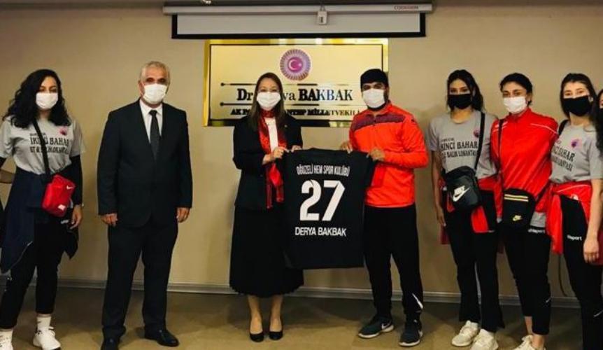 Milletvekili Derya Bakbak, 1.Lige yükselen Bayan Hentbol Takımı'nı tebrik etti