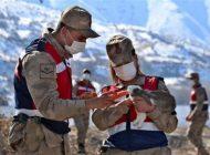 Jandarma'dan  Tavşanlara Yiyecek