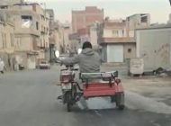 Tekeri Patlak Motoru Sepete Oturarak Kullandı