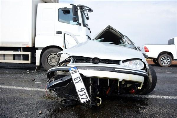 Takla Atan Otomobil Karşı Şeritteki Araçlara Çarptı: 2 Yaralı