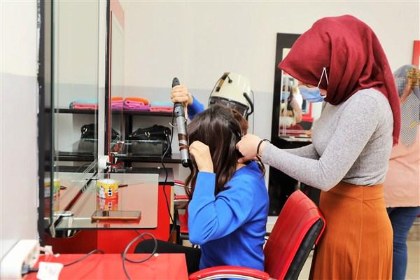 Ev Kadınları ve Genç Kızlar Meslek Sahibi Oluyor