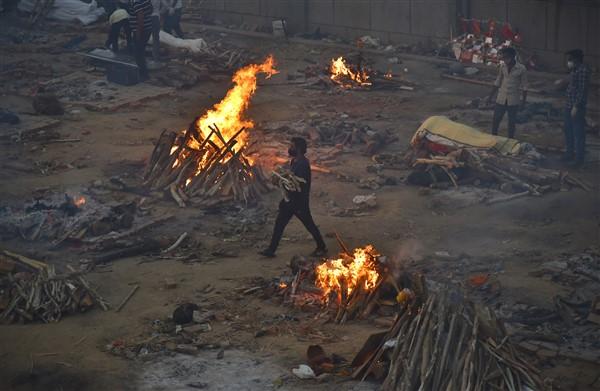 Hindistan'da Koronadan Ölenler Toplu Olarak Boş Arazilerde Yakılmaya Devam Ediyor