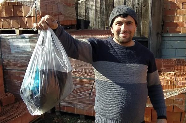 Çantadaki Ekmekleri Yiyen Köpekler Para Dolu Poşeti Ağacın Altına Bıraktı