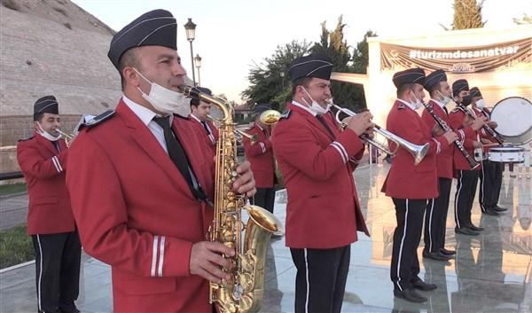 Saat 19.19′ da Büyükşehir Bandosu Gazi Şehirlilerle İstiklal Marşı'nı Seslendirdi