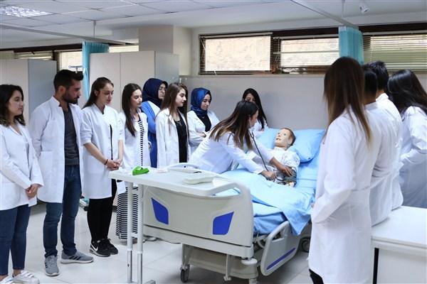 """HKÜ """"Sağlıkta Kariyer Zirvesi ve Fuarı'na"""" Katıldı"""