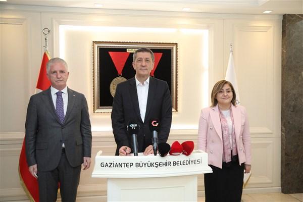 Bakan Ziya Selçuk, Başkan Şahin'i Makamında Ziyaret Etti!