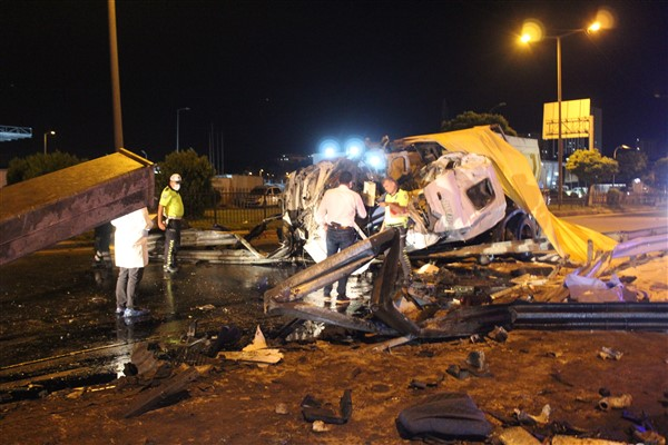 Gaziantep'te kamyon yön levhasına çarptı:1 ölü