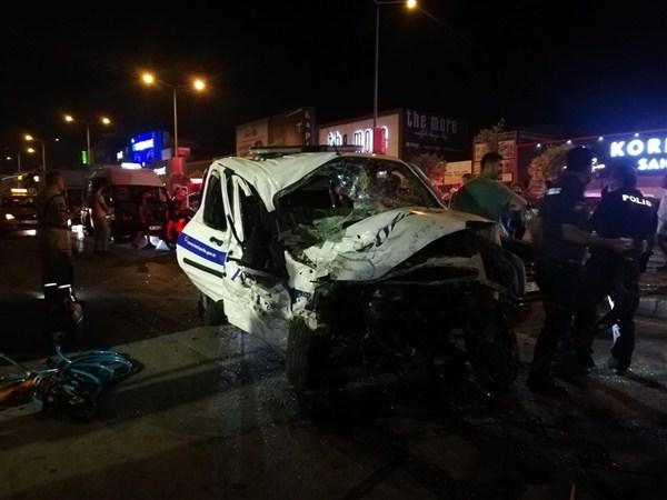 İzmir'de Polis Aracı ile Otomobil Çarpıştı: 1 Şehit